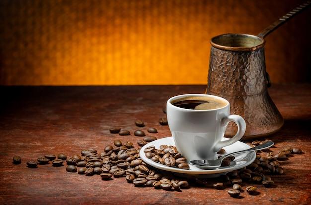 Koffiekop en schotel op een houten lijst