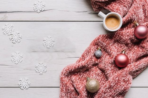 Koffiekop met glanzende snuisterijen op tafel