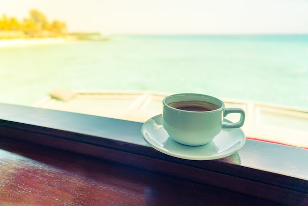 Koffiekop met het mooie tropische eiland van de maldiven