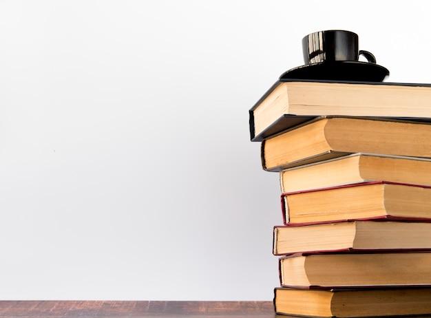 Koffiekop op een boekstapel