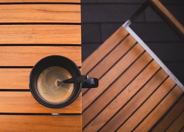 Koffiekop op een houten lijst