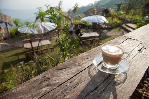 Koffiekop op houten dek