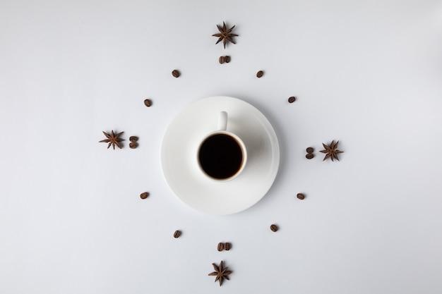 Koffiekop op wit wordt geïsoleerd dat