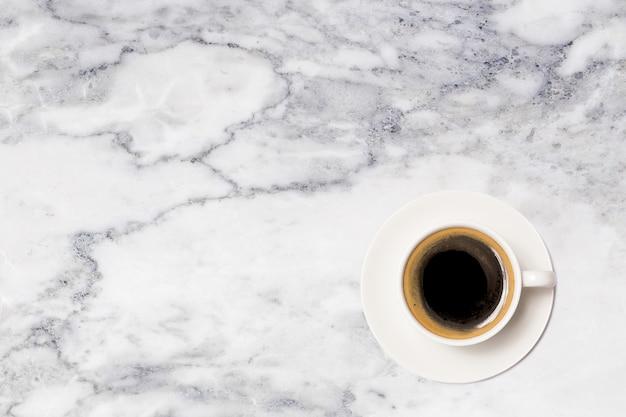 Koffiekopje, bovenaanzicht van koffiekopje op marmeren tafel