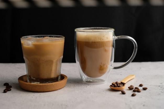 Koffiekopje en bonen bovenaanzicht met copyspace. plat lag latte voor menu, achtergrond, banner en advertentie. brouw cafeïnedrank en moderne stijl.