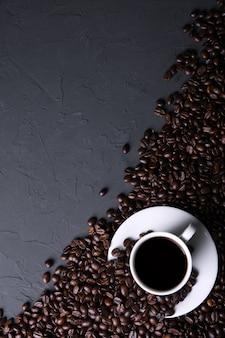 Koffiekopje en bonen op oud grijs keukenbeton
