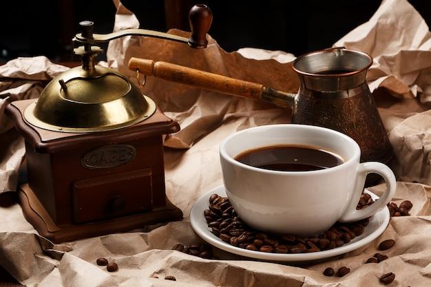 Koffiekopje en cezve voor turkse koffie