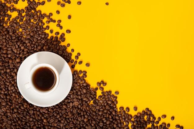 Koffiekopje en geroosterde bonen