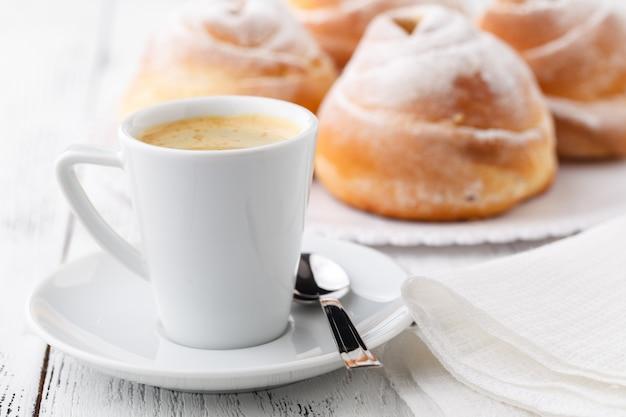 Koffiekopje en koekjes met vrije ruimte