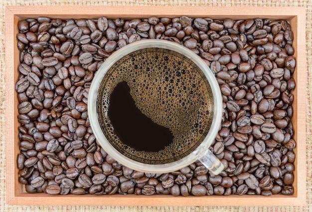 Koffiekopje en koffiebonen in doos