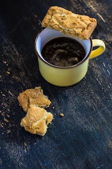 Koffiekopje en minicakes