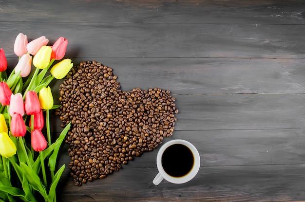 Koffiekopje, koffiebonen en tulpen