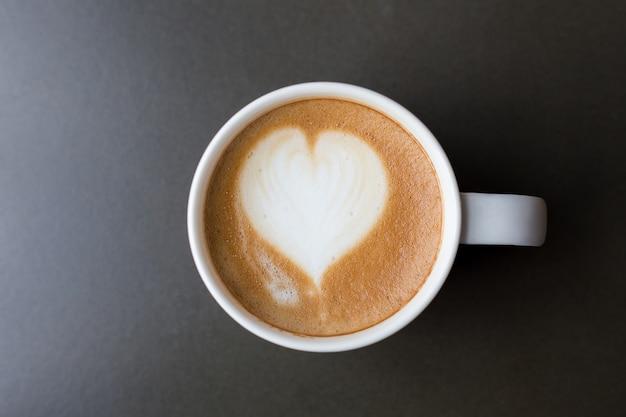 Koffiekopje latte art op tafel bovenaanzicht