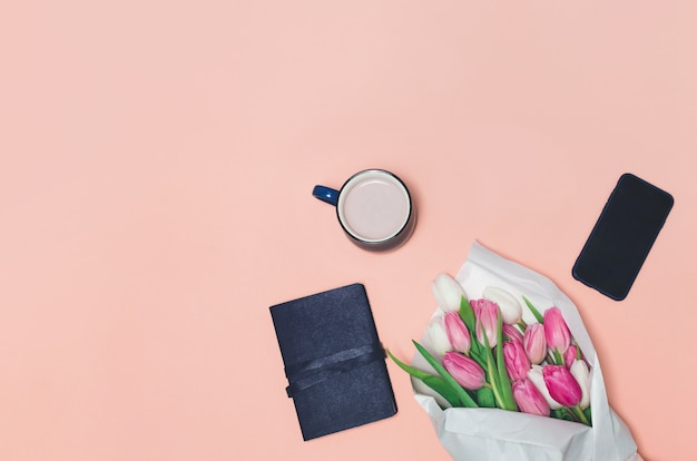 Koffiekopje, lente tulp bloemen op tafel
