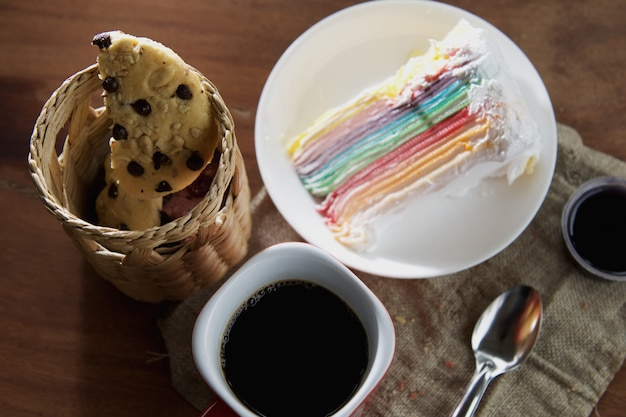Koffiekopje met cupcake en chocolade cookie op tafel