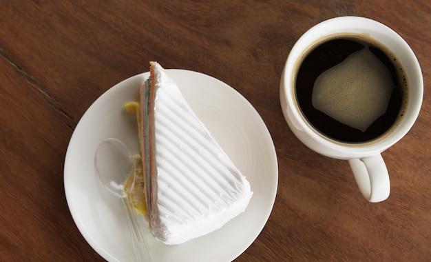 Koffiekopje met cupcake op tafel
