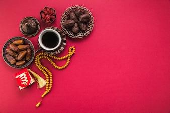 Koffiekopje met dadels fruit en kralen