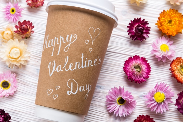 Koffiekopje met dreeting kaart happy valentines day