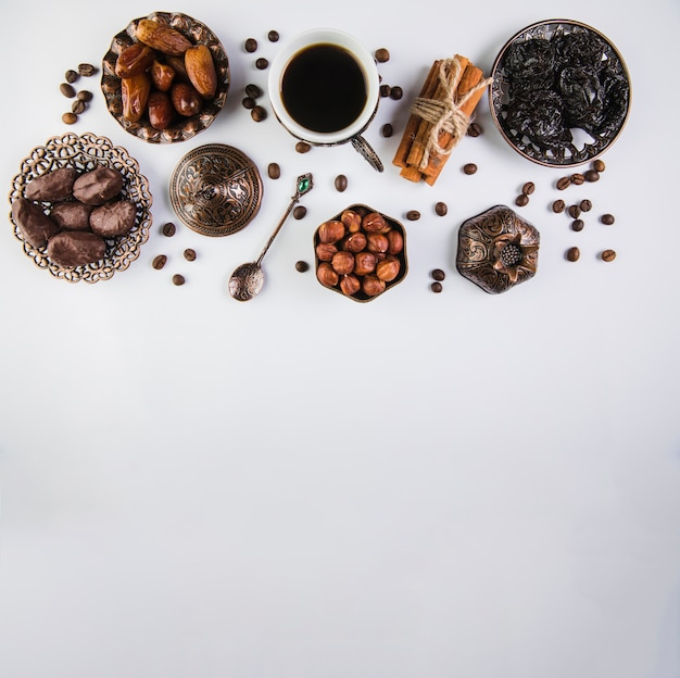Koffiekopje met gedroogde vruchten en hazelnoten