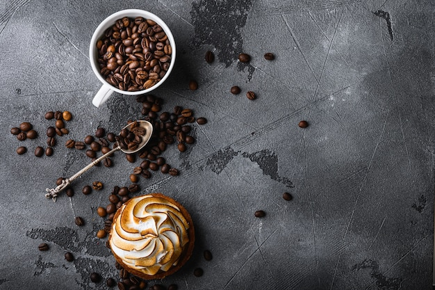Koffiekopje met geroosterde bonen en cupcake