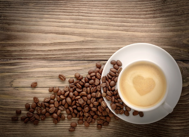 Koffiekopje met harttekening en koffiebonen