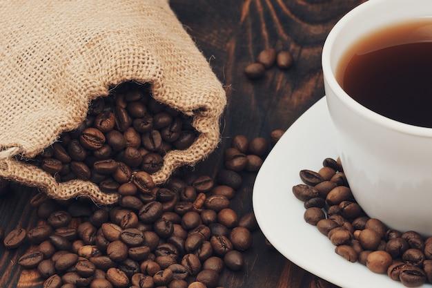 Koffiekopje met jutezak geroosterde bonen