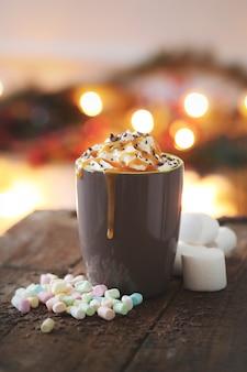 Koffiekopje met karamel en slagroom
