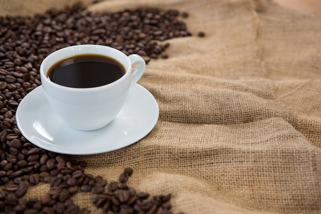 Koffiekopje met koffiebonen op zak