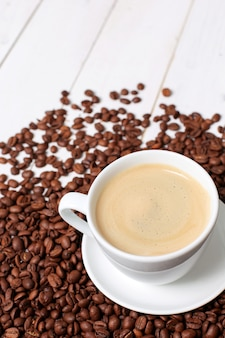 Koffiekopje met koffiebonen