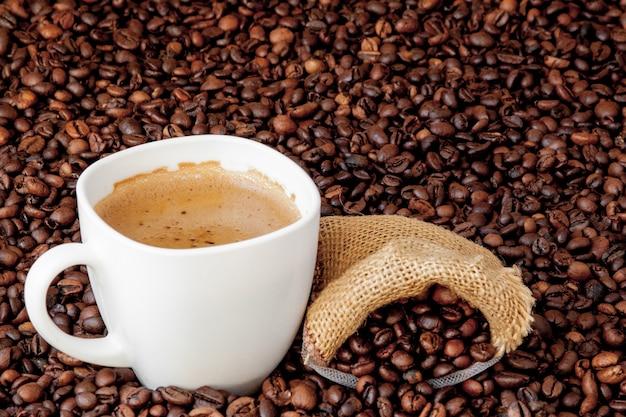 Koffiekopje met koffiezak op houten tafel. uitzicht van boven.