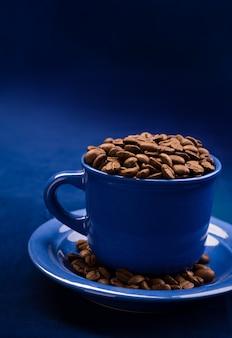 Koffiekopje met korrels close-up