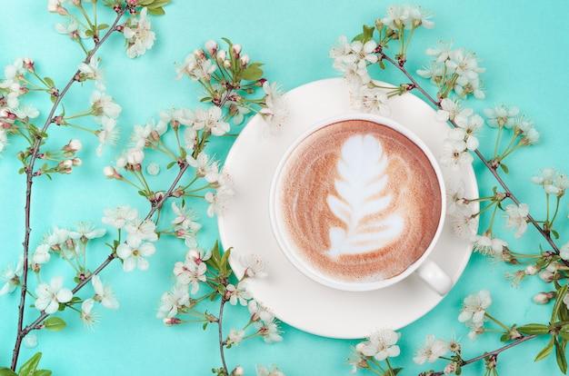 Koffiekopje met lentebloesem