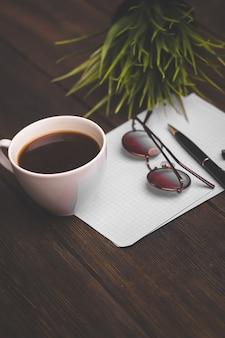 Koffiekopje notitieblok met pen leren bureau kantoor. hoge kwaliteit foto