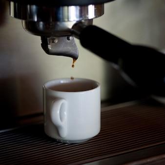Koffiekopje onder een espresso maker in florblanca in costa rica