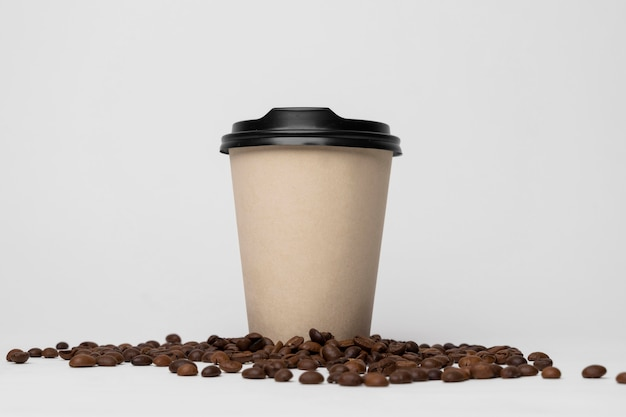 Koffiekopje op de regeling van koffiebonen