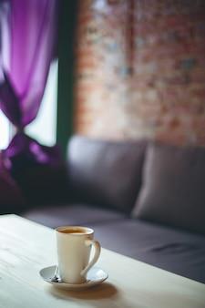 Koffiekopje op de tafel in lege café