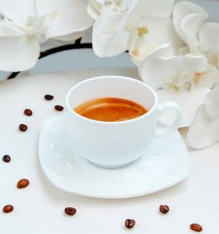 Koffiekopje op de tafel