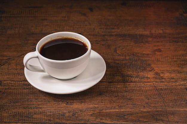 Koffiekopje op een houten tafel