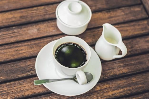 Koffiekopje op houten tafel in café vintage toon