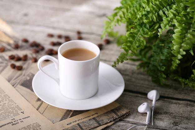Koffiekopje op houten tafel