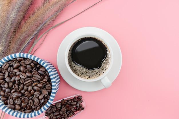 Koffiekopje op koffiebonen