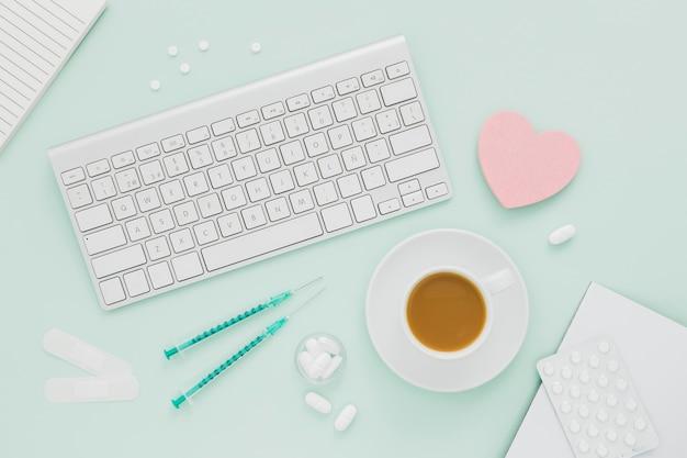 Koffiekopje op medische bureau