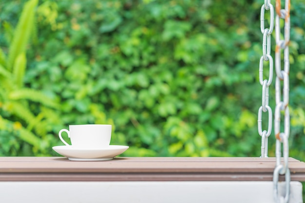 Koffiekopje op stoel opgehangen aan kettingen