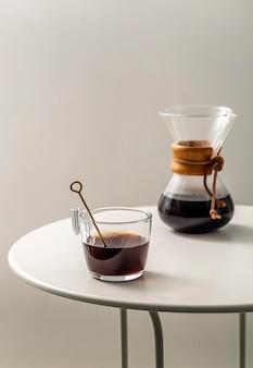 Koffiekopje op tafel met chemex en kopie ruimte