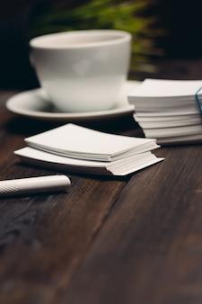 Koffiekopje op tafel visitekaartjes kantoor desktop zakelijke documenten