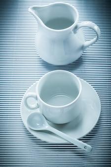 Koffiekopje schotel theelepel creamer op gestreept