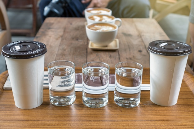 Koffiekopje set bestaande uit glas water en ijskoffie