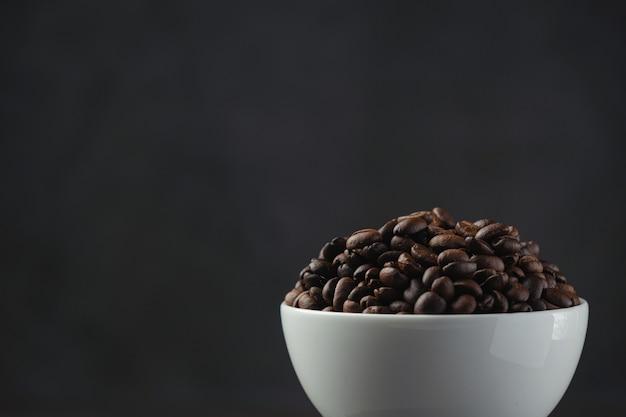 Koffiekopjes en koffiebonen op tafel, internationale dag van koffie concept.