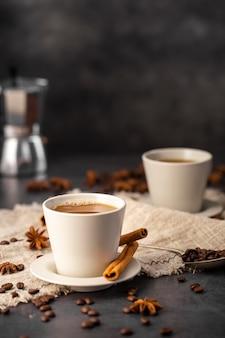 Koffiekopjes met ingrediënten