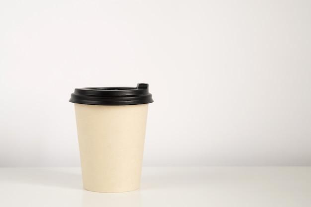 Koffiekopmodel op de witte achtergrond